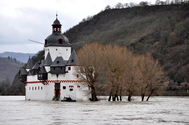 Auf dem Rhein. Burg Pfalzgrafenstein im Hochwasser.  Foto: (c) Valeat