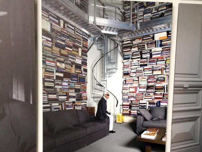 Bücherstapel mit Karl Lagerfeld. Foto vom Foto aus KARL LAGERFELD   Parallele Gegensätze   Fotografie – Buchkunst – Mode   15. Februar – 11. Mai 2014.
