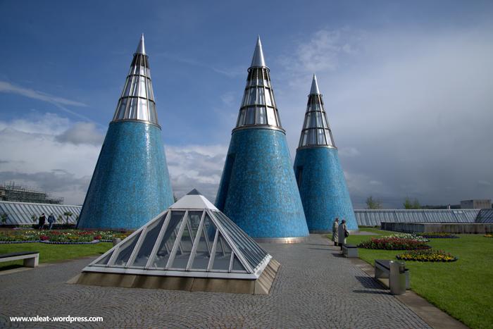 """Die drei Kegeltürme auf der Bundeskunsthalle in Bonn. Zurzeit findet auf dem Dach des Museums eine Ausstellung über Gartenbaukunst statt: """"Parkomanie - Die Gartenlandschaften des Fürsten Pückler""""."""